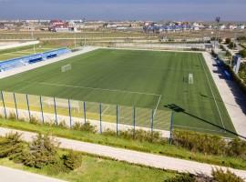 Футбольное поле с искусственным покрытием